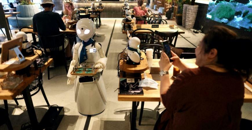 رباتهای پیشخدمت در کافهای در توکیو از مشتریان پذیرایی میکنند
